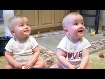 Des Bébés Jumeaux imitent leur papa
