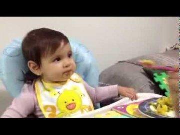 Une drôle de technique pour faire manger un bébé